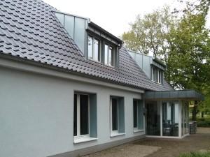 Sanierte Fassade und Dachgaben am Vereinsheim