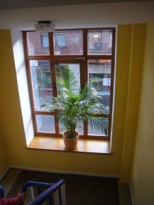 Holzfenster und Holzfensterbank als Sitznische im Treppenhaus